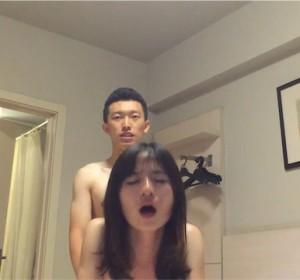 某高校泡妞达人和三个女炮友自拍性爱高清视频[1V/930M]