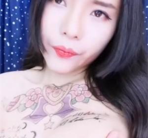 胸前纹身大奶主播性感丁字裤滴蜡道具高清视频[1V/615M]